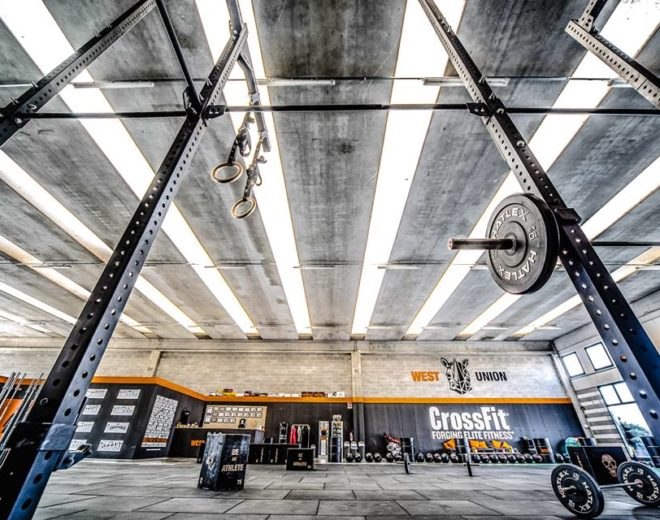 Panoramica del box con attrezzi e bilancieri nel box di West Union CrossFit a Brescia